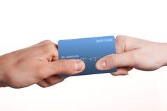 Mann und Frau duellieren für Kreditkarte Stockfoto