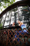 Mann und Frau an einem Tisch im Kaffee Lizenzfreies Stockfoto