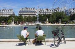 Mann und Frau essen durch Pool zu Mittag stockfotografie