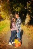 Mann und Frau gehen auf Herbstpicknick spazieren Paare, die in a gehen Lizenzfreie Stockfotografie