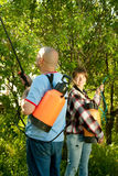 Mann und Frau gesprühte Bäume Lizenzfreie Stockbilder