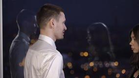 Mann und Frau haben ein Abkommen stock video