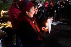 Mann und Frau halten Kerzen an Oregon-Nachtwache für die 2016 US-Wähler Lizenzfreies Stockbild