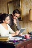 Mann und Frau Hispter, die zu Hause arbeiten Lizenzfreie Stockfotografie