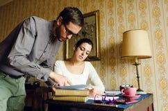 Mann und Frau Hispter, die zu Hause arbeiten Lizenzfreies Stockfoto