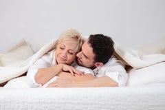 Mann und Frau im Bett stockfoto