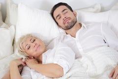 Mann und Frau im Bett lizenzfreie stockbilder
