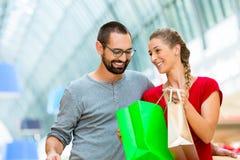 Mann und Frau im Einkaufszentrum Lizenzfreie Stockfotografie