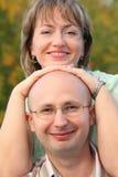 Mann und Frau im frühen Fallpark. Stockbild