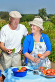 Mann und Frau im Garten Stockfotos
