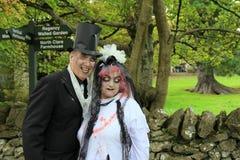 Mann und Frau im makabren Kostüm, Halloween feiernd, Bunratty-Schloss und Völker parken, Grafschaft Clare, Irland, im Oktober 201 Stockfotografie