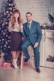 Mann und Frau im Raum mit Gläsern Champagner Lizenzfreies Stockbild