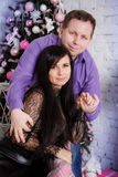Mann und Frau im Raum mit Weihnachtsbaum Stockbild