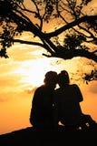 Mann und Frau im Sonnenuntergang Stockbild