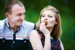 Mann und Frau im Wald Stockfotos