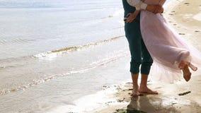 Mann und Frau, junge Leute, glückliche verheiratete erwachsene Paare, die Spaß haben und auf dem Ufer, Strand spielen stock video footage