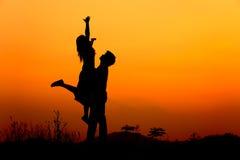 Mann und Frau lieben Schattenbild im Sonnenuntergang Stockbild