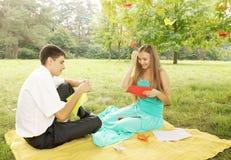 Mann und Frau machen Origami lizenzfreies stockfoto
