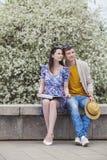 Mann und Frau mit Buch im Park Stockbilder