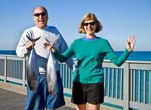 Mann und Frau mit Fischen stockbild
