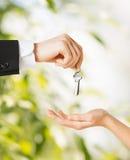 Mann und Frau mit Hausschlüsseln Lizenzfreies Stockbild