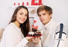 Mann und Frau mit Nachtisch lizenzfreies stockfoto