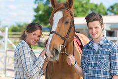 Mann und Frau mit Pferd lizenzfreie stockbilder