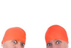 Mann und Frau mit Schutzkappen eines orange Swim stockfotos