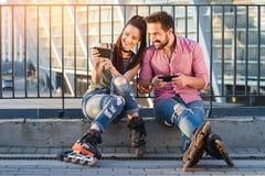 Mann und Frau mit Telefonen Stockfoto