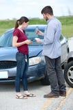 Mann und Frau nach Autounfall Stockbild