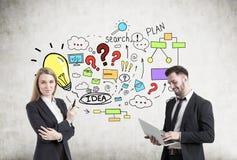 Mann und Frau nahe bunter Unternehmensplanskizze Stockbild