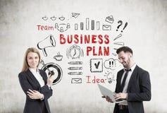 Mann und Frau nahe der Unternehmensplanskizze, konkret Stockfoto