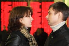 Mann und Frau schauen miteinander Stockbild
