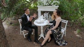 Mann und Frau schwört stock footage