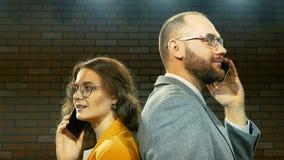 Mann und Frau sprechen am Telefon 03 stock footage