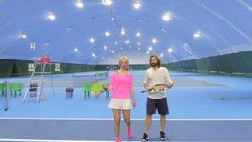 Mann und Frau am Tennisplatz stock video footage