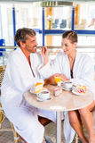 Mann und Frau trinken Kaffee in Therme oder Bad Stock Images