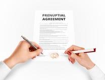 Mann und Frau unterzeichnen prenuptial Vereinbarung nahe Goldringen stockbild
