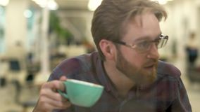 Mann und Frau verbringen Zeit im Café, das Kaffee trinkt Beardie, das versucht, Freundin mit lautem Ton zu erschrecken stock video footage