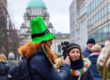 Mann und Frau vor BelfastRathaus an der Feier ` s St. Partick Tages stockfotos