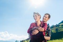 Mann und Frau, welche die Berge wandern Lizenzfreie Stockfotografie