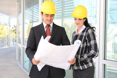 Mann-und Frauen-Architekten auf Baustelle Stockfotos