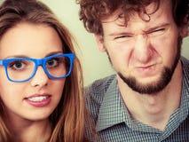 Mann und Frauen des glücklichen Paars in den Gläsern Stockbilder