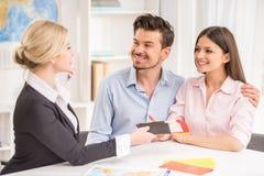 Mann und Frauen im Büro entscheiden sich zu reisen Stockbild