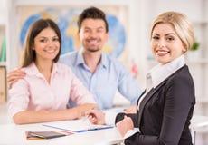 Mann und Frauen im Büro entscheiden sich zu reisen Lizenzfreie Stockfotos