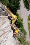 Mann-und Frauen-kletternder Felsen Lizenzfreies Stockfoto
