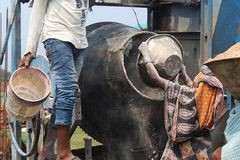 Mann und Frauen mit Mischungsmaschine stockfotografie