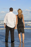 Mann-und Frauen-Paar-Holding-Hände auf einem Strand Lizenzfreie Stockfotos