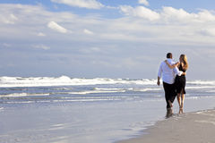 Mann-und Frauen-Paar-romantischer Weg auf einem Strand Lizenzfreies Stockfoto
