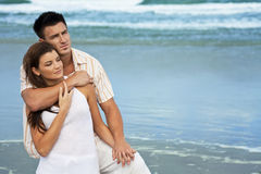 Mann-und Frauen-Paare in der romantischen Umarmung auf Strand Lizenzfreies Stockbild